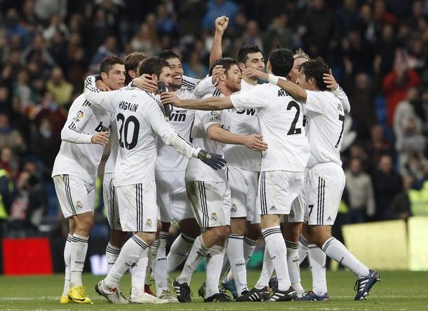 El Real Madrid remontó un 0-2 y aprovechó el resbalón del Barça.