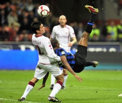 Samuel Eto'o marcó un tanto de chilena para guiar al Inter.