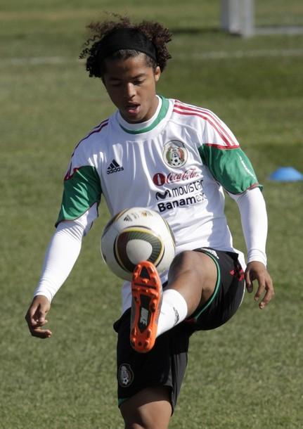 Giovani Dos Santos es el referente en el ataque mexicano.
