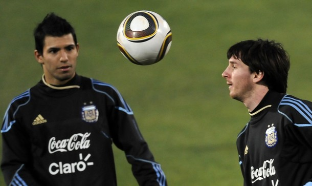 Kun Aguero y Lionel Messi se la pasan jugando Playstation.