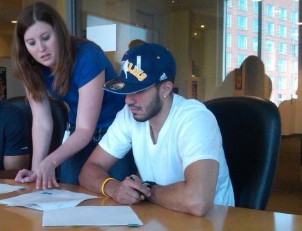 Greivis Vásquez firmó su primer contrato profesional.