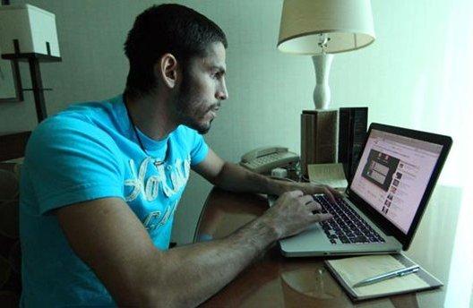 El boxeador venezolano Jorge Linares se comunica por internet.