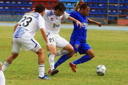 Renier Paraez salió tocado del partido.