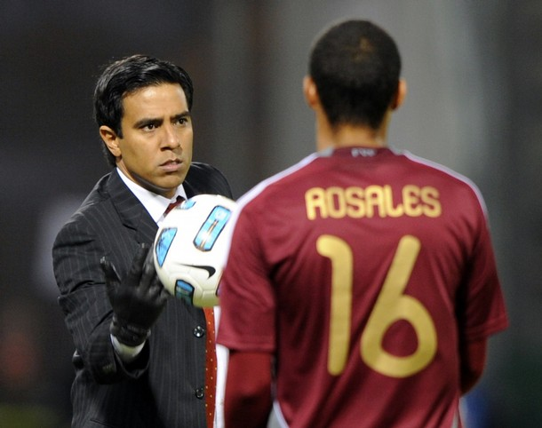 César Farías colocaría a Roberto Rosales como lateral izquierdo.