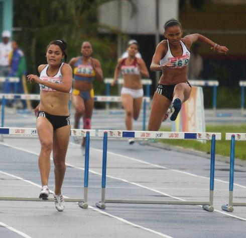 Magdalena Mendoza (izq) y Estephanie Balladares hicieron el 1-2 en los 400 con vallas.