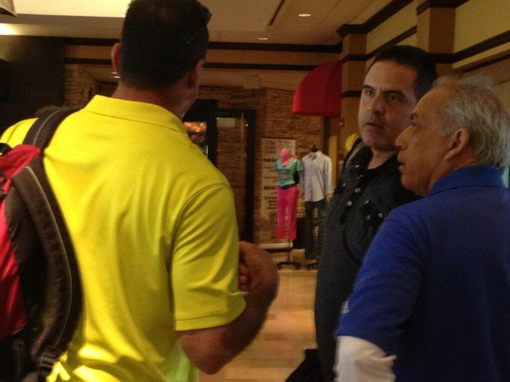 Wilson Álvarez, coach de pitcheo, conversa con Carlos García. Foto: César Márquez.