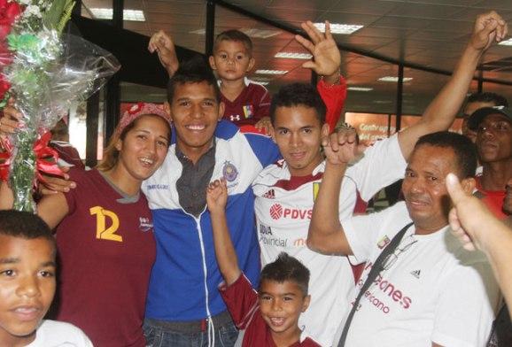 Andrés Ponce fue recibido por su familia en el aeropuerto zuliano. Fotos: Luis Bravo/Panorama