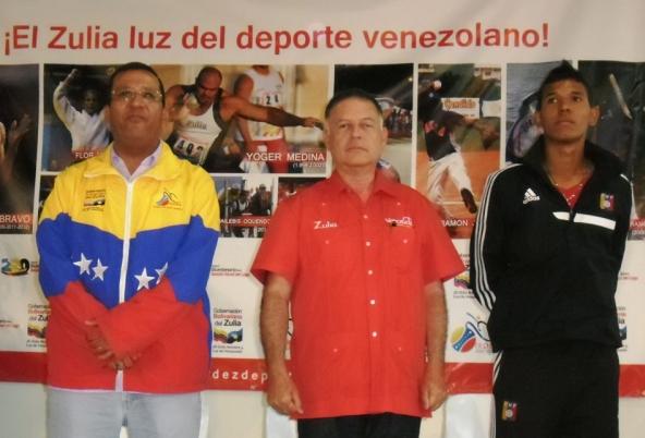 """Las autoridades zulianas entregaron el premio """"Lucho"""" Moreno a Ponce. Foto: Irdez"""
