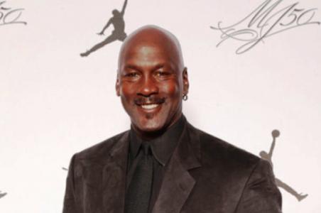 El astro de la NBA a través de su empresa rindió tributo al capitan de la mlb
