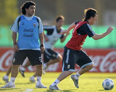"""Maradona asegura que """"La Pulga"""" Messi brillará en Sudáfrica."""