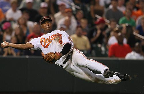 El infielder Melvin Mora deja Baltimore en busca de un equipo ganador.