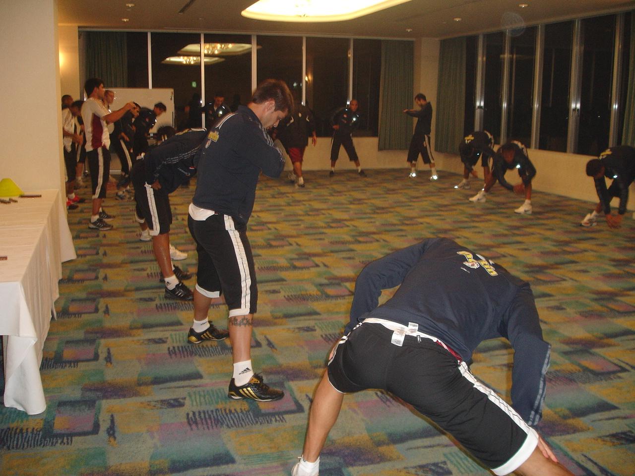 La selección completa hizo algunos ejercicios de estiramiento tras el largo viaje. Foto: FVF