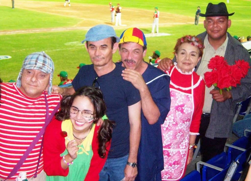 """Los personajes de la serie """"El Chavo"""" fueron recreados en las tribunas. Foto: Gilberto González."""