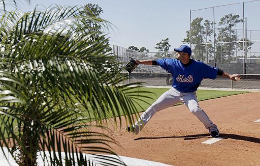 Johan Santana trabaja en el campo primaveral de los Mets.