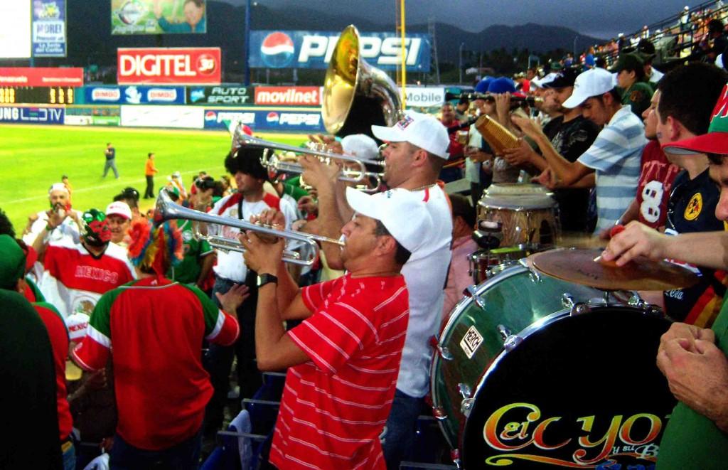 La fiesta de los mexicanos incluye toda una orquesta.