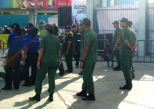 Militares, conjuntamente con la seguridad privada, custodian la entrada al parque.