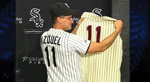 Omar Vizquel posó este lunes, en rueda de prensa, con su nuevo número. Foto: MLB.com