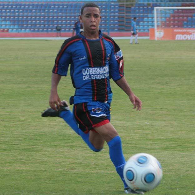 El volante Yoandry Orozco no pudo vulnerar la defensa.