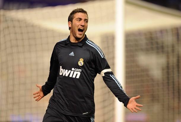 El argentino Gonzalo Higuaín marcó un triplete para dejar a los blancos en la cima.