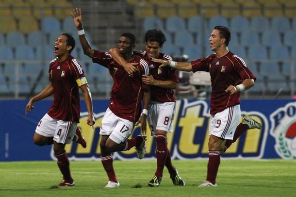Los jugadores de la selección celebran el primer tanto del partido.