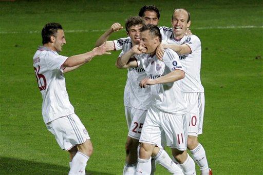 Ivic Olic celebra con sus compañeros el triunfo.