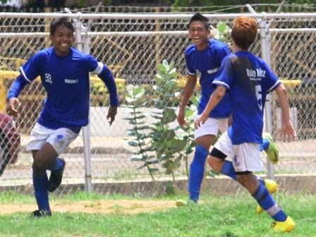 Andrés Ponce, de Maracaibo, celebra su tanto número siete del torneo.