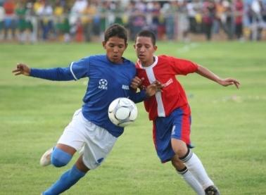 El atacante Andrés Ponce (azul) marcó seis tantos en el juego inaugural.