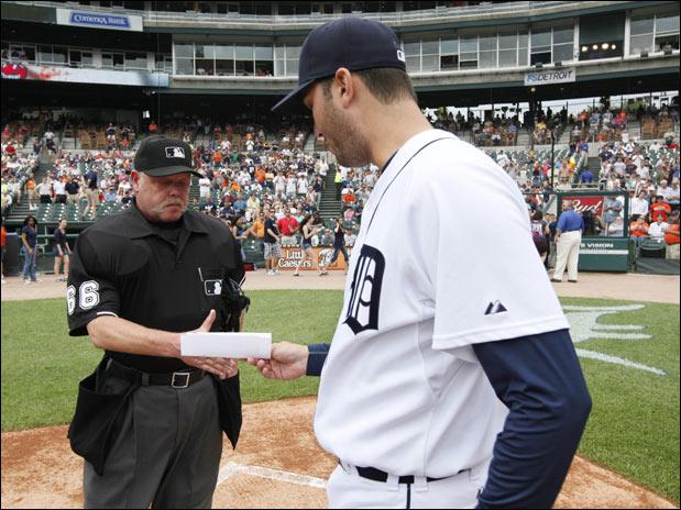 Armando Galarraga le entregó el line up al árbitro antes del juego de hoy.