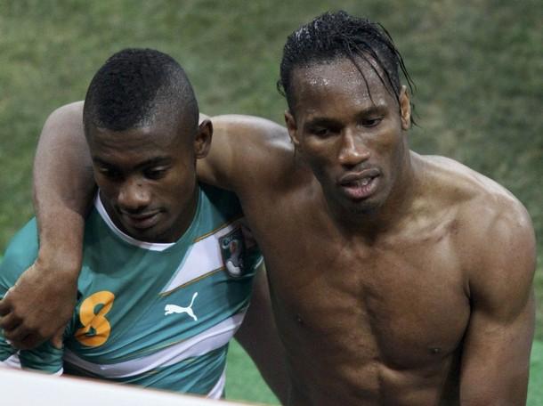 Didier Drogba y Salomon Kalou salieron cabizbajos por la eliminación.
