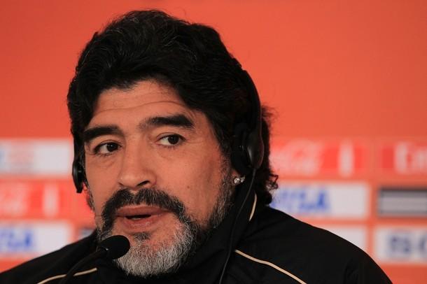 Diego Maradona no se aguantó y disparó en rueda de prensa.