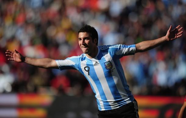 El argentino Gonzalo Higuaín lidera a los goleadores en Argentina.