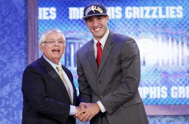 Greivis Vásquez junto con David Stern, comisionado de la NBA.