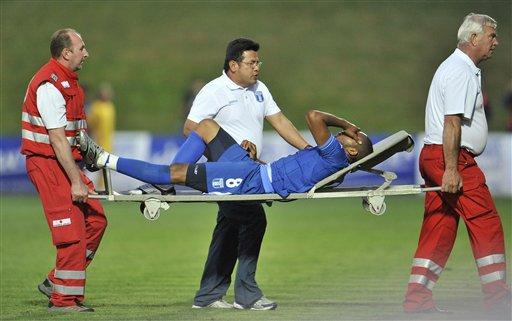 Las lesiones no paran y el hondureño Wilson Palacios salió en camilla.