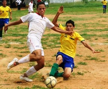 Luis Vivas, de Cabimas, trata de controlar el balón.