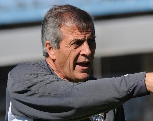 El seleccionador Oscar Tabárez aún se debate por el sistema.