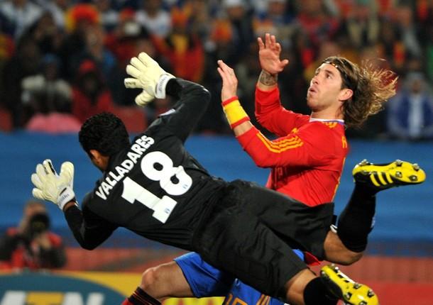 El español Sergio Ramos juega con una muñequera con los colores de la bandera.