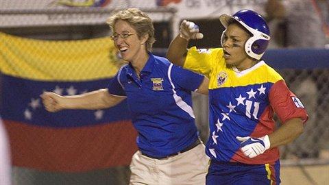 Yaice Sojo dejó en el campo a las chinas con su segundo jonrón del juego.