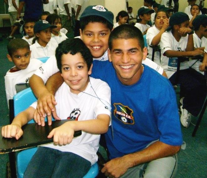 El juvenil Diego Meleán compartió con los niños.
