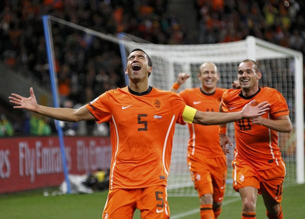 Giovanni van Bronckhorst abrió la cuenta que siguieron Wesley Sneijder y Arjen Robben.