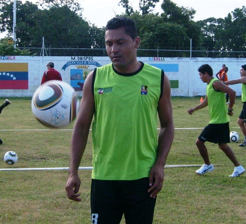El ex internacional zuliano José Nabollán asiste técnicamente a Miguel Acosta.
