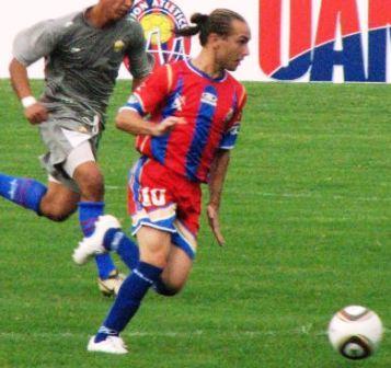 El volante argentino Daniel Cotello estuvo activo en el partido.