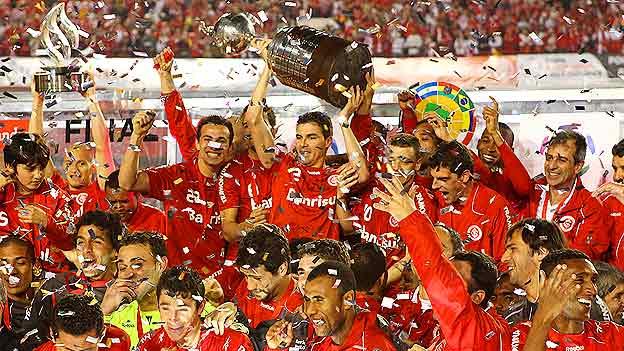 Los brasileños alzaron la Copa ante su público.