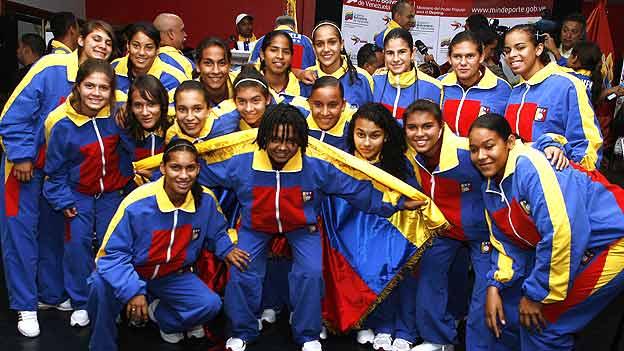 Las 21 jugadoras recibieron el pabellón tricolor.