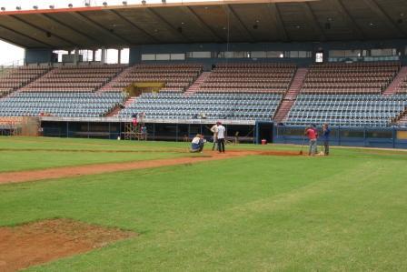 El gramado del estadio Luis Aparicio fue nivelado.