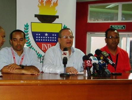 Luis Rodolfo Machado, gerente de Águilas, firmó el acuerdo con representantes del IND.