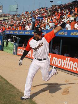 Antonio Álvarez recibe ovaciones y abucheos en cada juego.
