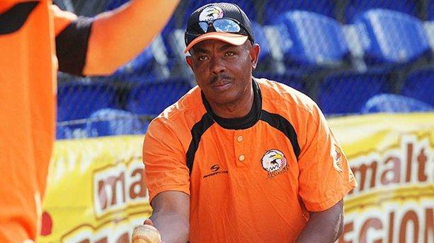 El cubano Bárbaro Garbey, coach de bateo de Águilas.