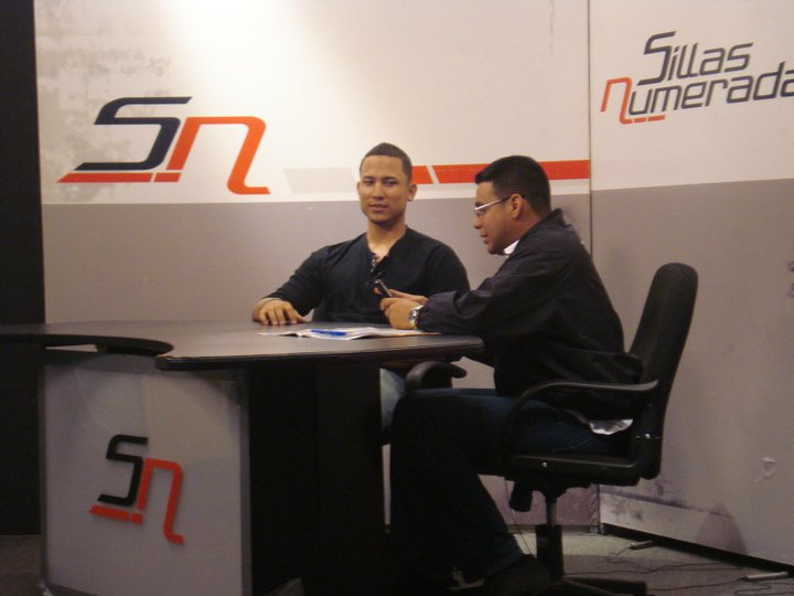 Carlos González en el estudio de Urbe Televisión.