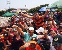 Los fanáticos tuvieron que soportar de todo para comprar entradas.