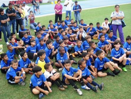 Los niños de la escuela El Callao compartieron con el Zulia FC.